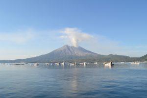 海潟漁港より桜島を望む