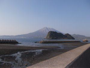 江ノ島温泉付近から見た桜島(鎌倉方面から富士を見る)似ていませんか?