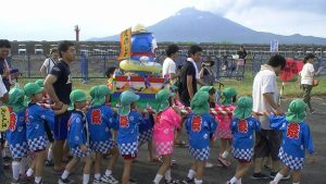 子供みこし  江ノ島幼稚園の子供達による神輿です