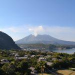 稲荷神社埋没鳥居より桜島 昭和火口を望む