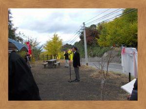 垂水千本イチョウ祭、開園宣言をする八木会長