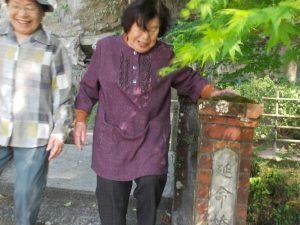 宝満寺跡の延命橋を渡る87と84歳のステキな笑顔!!