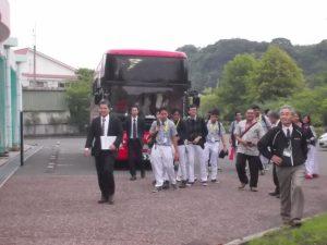バスから降りてくる生徒さん