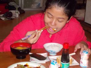 上手に箸を使って食事