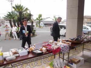 尾脇市長、松下副市長も会議後、立ち寄ってお買い上げです。