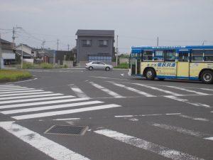 バスは市役所方向へ、乗用車は市役所側から侵入している
