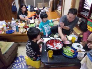 家族みんなで夕食です。