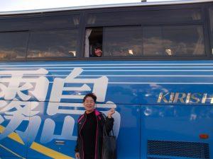 バスの窓からハイポーズ