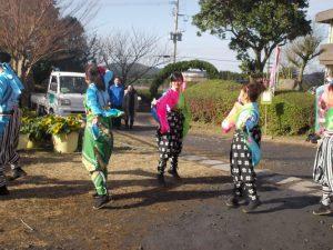 YOSAKOIチームも応援、後方で見学しているは尾脇市長夫妻
