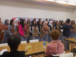 インドネシア民族楽器を持参