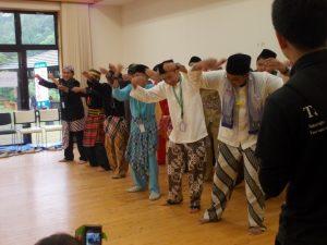 民族衣装で踊りを披露